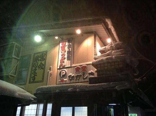 【上越】食堂「なかしま」にそびえる高田城